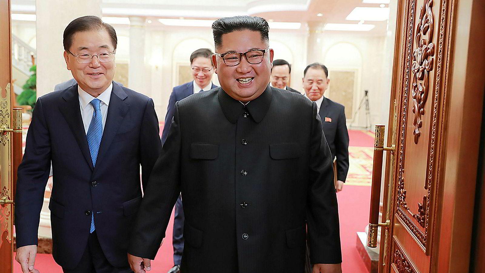 Nord-Koreas leder Kim Jong-un (til høyre) og Sør-Koreas president Moon Jae-in (venstre) er enige om å møtes  senere denne måneden for å diskutere atomnedrustning. Bildet er tatt fra et møte mellom de to tirsdagfra et tidligere møte