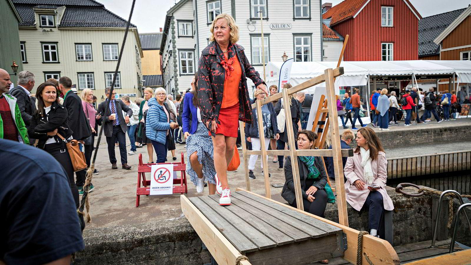 Konserndirektør Berit Svendsen i Telenor går om bord i mediebåten for å delta i en paneldebatt under Arendalsuka.