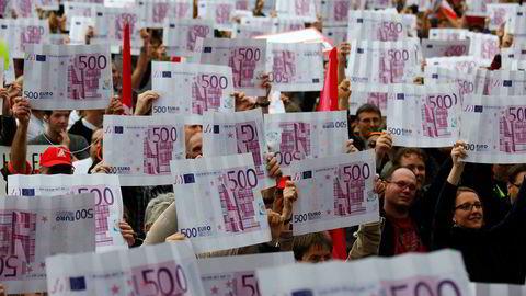 Mange tyskere har reagert på at 500-euroseddelen tas ut av produksjon. Men personene på bildet som deltok i en anti-kapitalisme-demonstrasjon i Frankfurt i fjor høst er neppe blant tilhengerne av den store seddelen.
