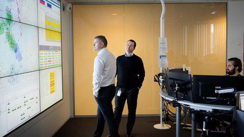 Salgssjef Cato Lammenes (til venstre) og strategidirektør Anders Tysdal i Tampnet lover en ny stor fiberkabel over Nordsjøen. Her står de i operasjonsrommet foran Henrik H. Breivik ved pulten.