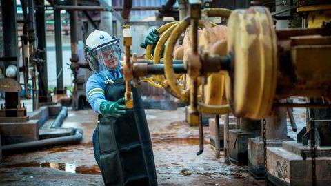 Tirsdag måtte 53 ansatte ved Hydros aluminaraffineri Alunorte gå på dagen. Bildet viser raffineriansatt Flaviane Reis, som ikke er blant de oppsagte.