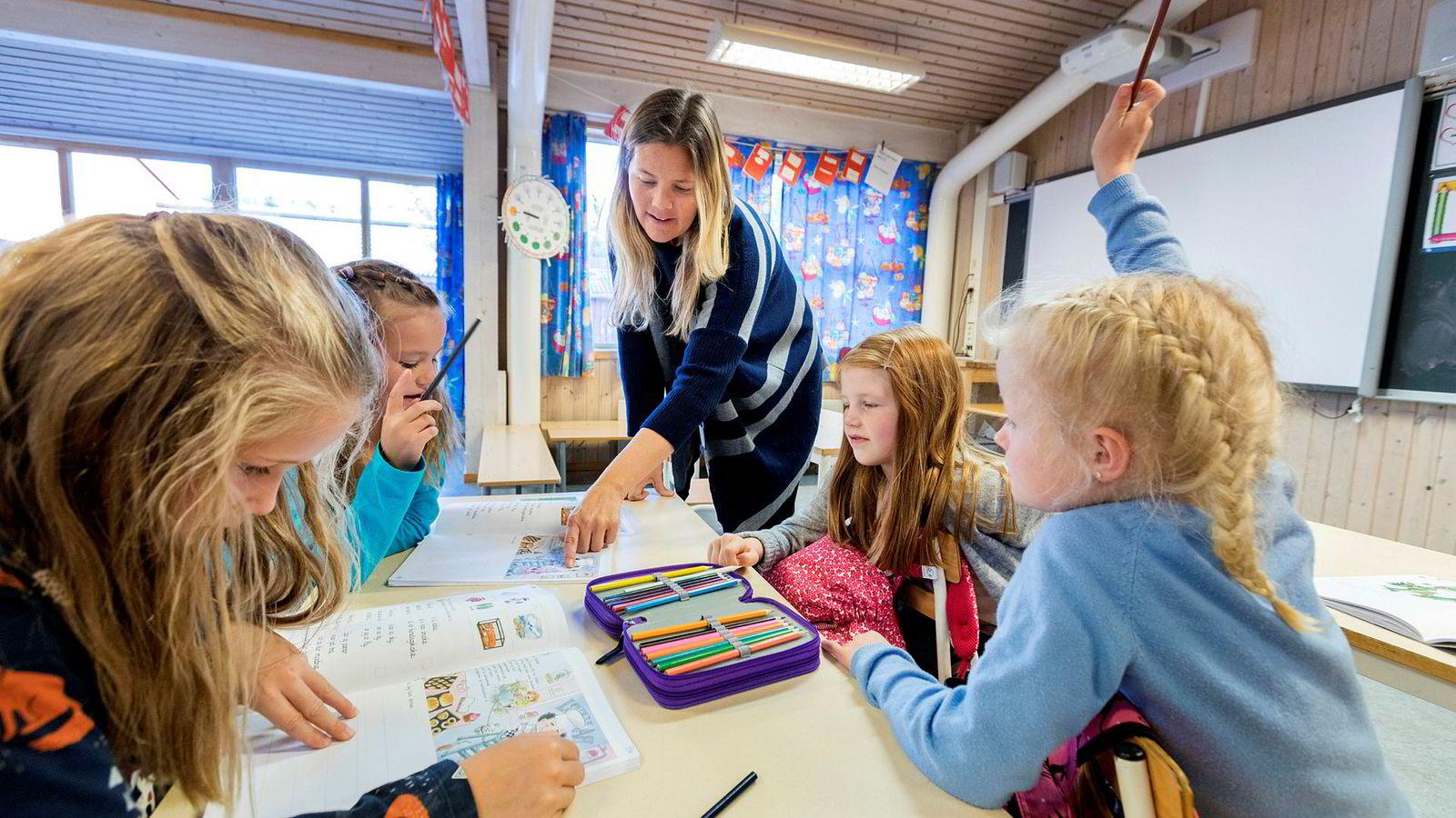 Resultatene viser store forskjeller mellom kommuner. Dersom man på mellom- og ungdomstrinnet sammenligner de ti prosent beste kommunene med de ti prosent dårligste, tilsvarer forskjellen i læring nesten et helt skoleår.
