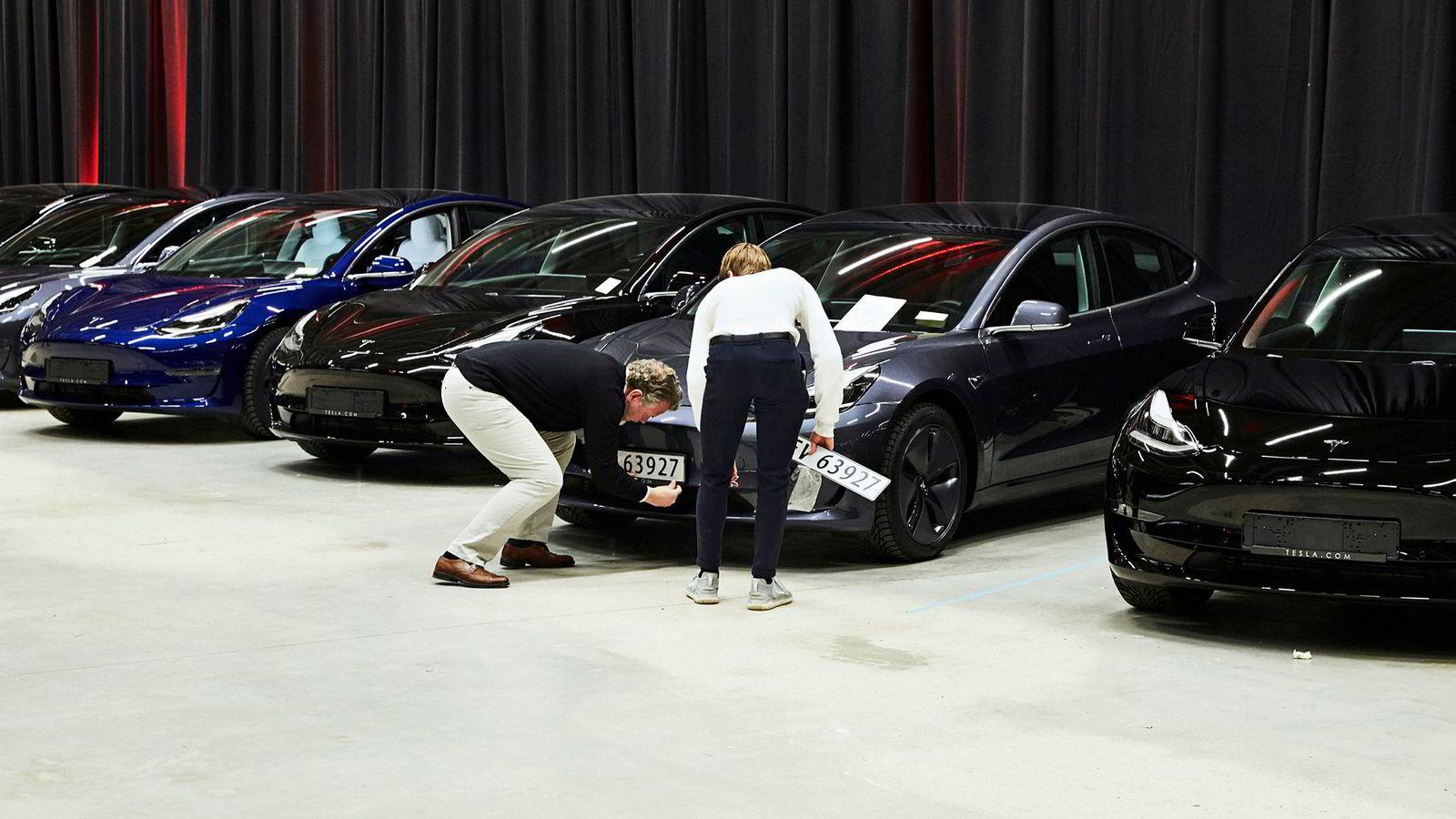 Nok en måned med store Tesla-leveringer er unnagjort. I juni fikk 3012 Model 3 norske skilter. Her fra utleveringen på Norges Varemesse på Lillestrøm.