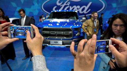 Ford har investert i syv fabrikker i Kina. Nå stuper salget. Konkurrentene er i gang med å tilpasse seg et marked med økt etterspørsel etter elektriske biler. Ford ligger langt etter.