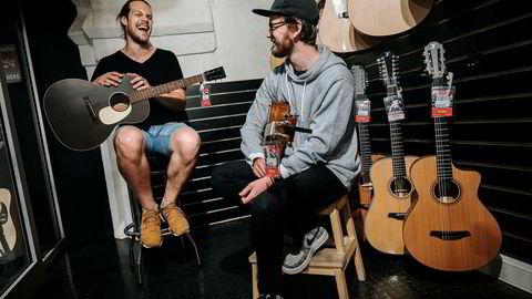 Aleksander Lorentzen er på jakt etter en kassegitar, og har tatt med kamerat Jonas Østby Martinsen for å prøvespille i butikken ved Schous Plass. – Vi er her ganske ofte, ja, kan de bekrefte.