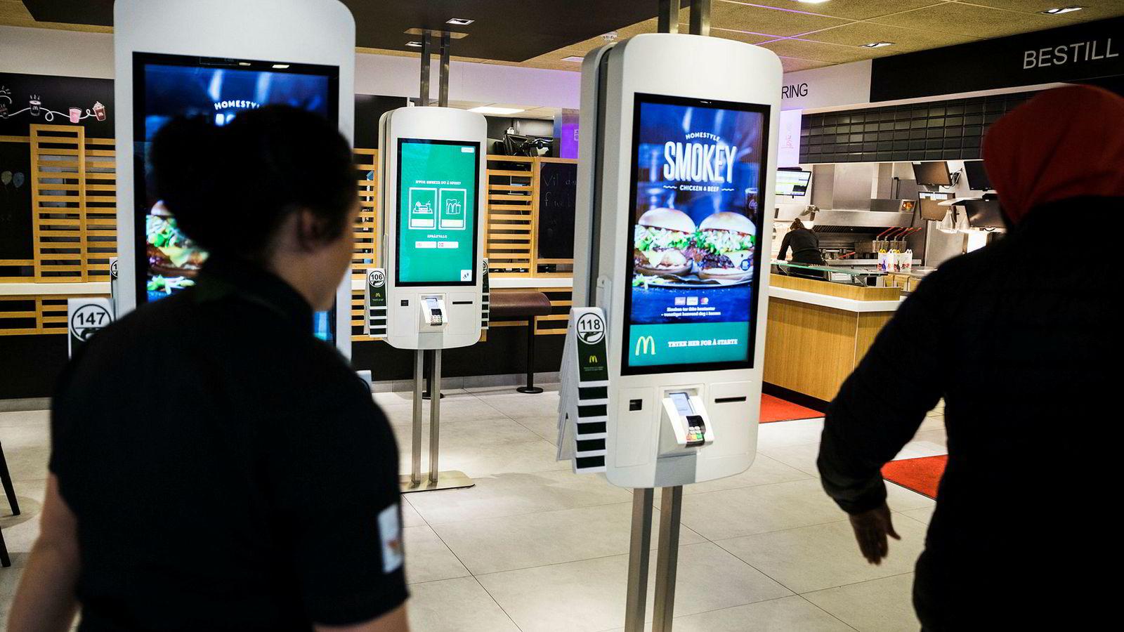 Slik blir den nye generasjonen McDonalds som her på Alnabru. Kundene bestiller selv på automatene og får levert maten på bordet etter noen minutter.