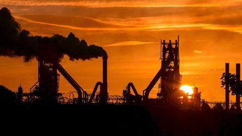 Solen går ned ved British Steels anlegg i Scunthorpe plant i Lincolnshire, nordøst i England.