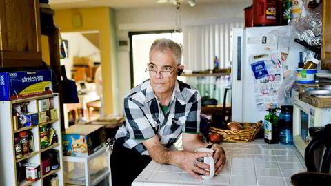 Hjemme i Chatsworth, nord for Los Angeles, sliter Edmund F. Biro med å betale ned boliglånet og frykter rekkehuset kan bli overtatt av banken. Han pleide å tjene godt med penger som it-konsulent, men ble hardt rammet av krisen for ti år siden.