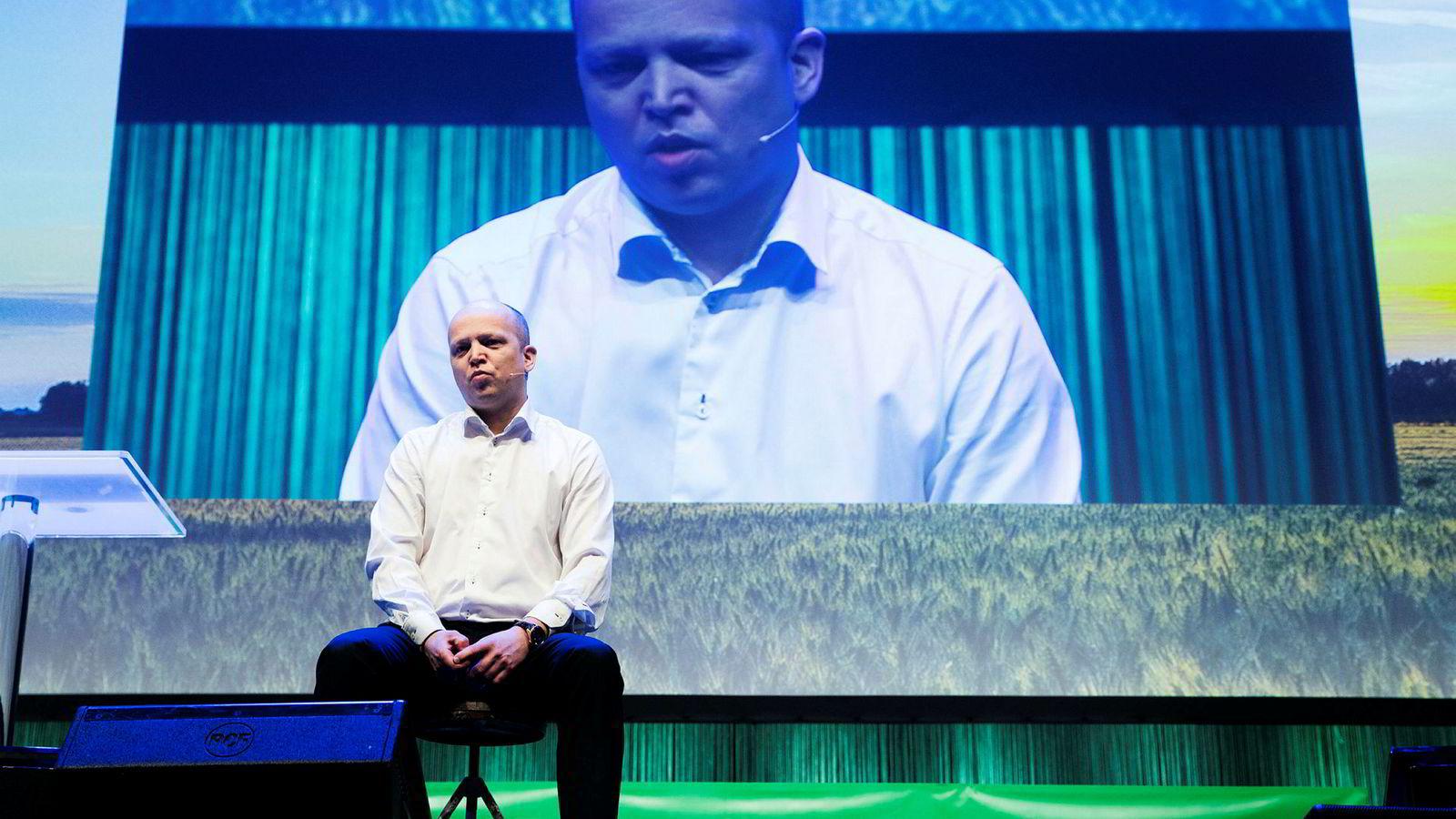 Partileder Trygve Slagsvold Vedum åpnet Senterpartiets landsmøte på Hamar ved å sette seg ned på en krakk han hadde tatt med hjemmefra.