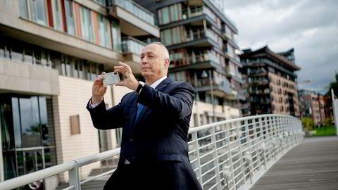 – Flott arkitektur, sier Chemi Peres og tar et par bilder ved broen over til Tjuvholmen. Peres er tidligere jagerflypilot og medgründer i Israels fremste venturekapitalistfond, som har hentet inn to milliarder dollar for gründere.