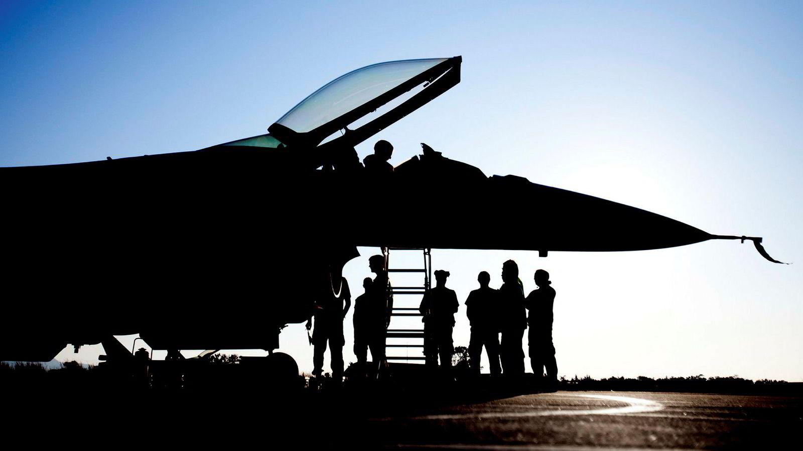 Regimeendring i Libya var ikke en målsetning for norske myndigheter. Norge var likevel med på en militæroperasjon som var klart medvirkende til at regimet falt. Her et jagerfly på Souda Air Base på Kreta etter deltagelse i Libya.