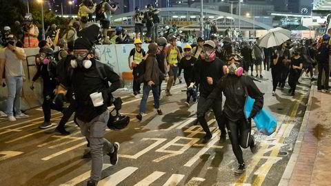 Nesten 300.000 mennesker møtte opp for å markere femårsdagen for paraplybevegelsen i Hongkong lørdag. Foto: Vincent Thian, AP / NTB scanpix