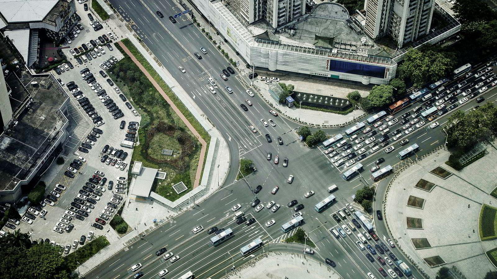 Shenzhen har i 40 år vært et forsøkslaboratorium hvor markedsreformer og privat eierskap er blitt testet ut i mindre skala. Nå skal alt av busser og drosjer elektrifiseres.