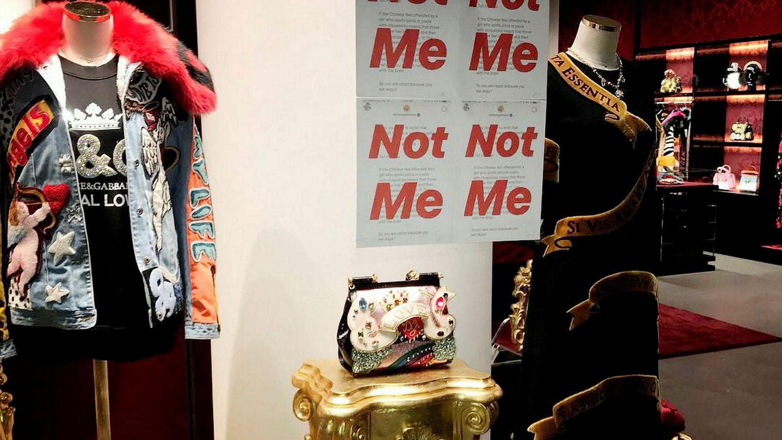 Italienske Dolce & Gabbana boikottes i Kina. I utstillingsvinduer er det satt opp plakater i protest mot uttalelser grunnlegger Stefano Gabbana kom med i en privat instagram-melding til en innflytelsesrik moteblogger.