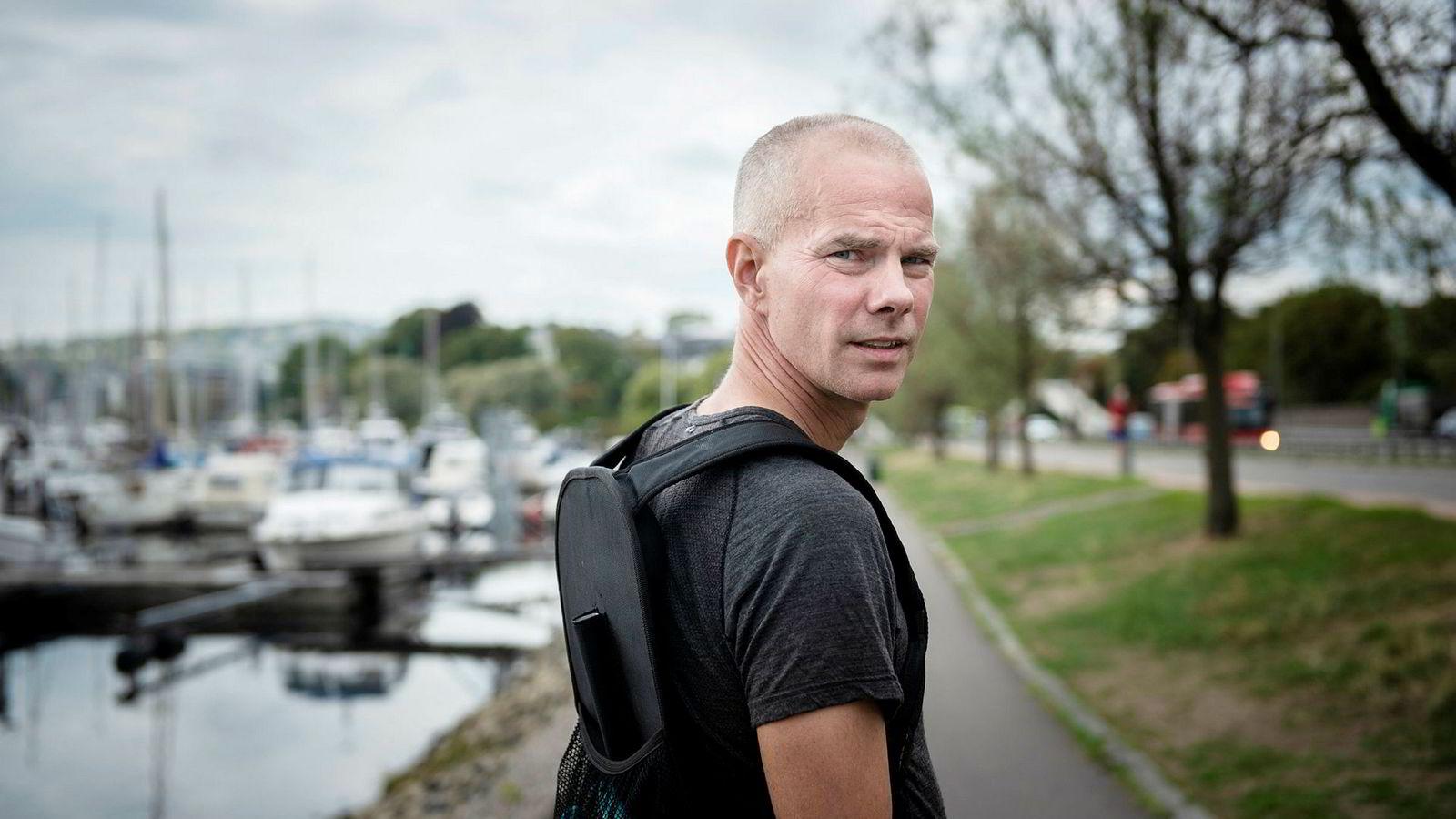 – Jeg greide å løpe på meg en skade. Det var en greie under benet, og alt tyder på plantar fascitt (en betennelse i fotsålens seneplate i det punktet der scenen fester seg til hælen, red.anm.), sier Jon Ilseng, supermosjonisten som var fartsholder i Oslo maraton i helgen. Ilseng holdt ut i riktig fart i 37 kilometer.