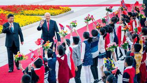 Kong Harald og Kinas president Xi Jinping (til venstre) hilser på barn under den offisielle velkomstseremonien utenfor Folkets store hall i Beijing tirsdag. Senere åpnet kong Harald næringslivsseminaret China Business Summit 2018 i Beijing. Der ble det signert 24 nye samarbeidsavtaler.