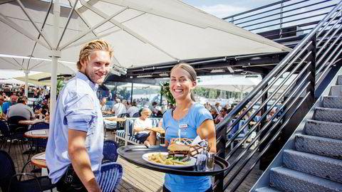 Det har ikke vært stillesittende dager på Lekter'n denne sommeren. Et særdeles varmt vær har ført til tidenes sommerresultat for den flytende restauranten. Servitør Filippa Janssen (20) og hovmester Pål Harboe (24). Foto: Javad Parsa