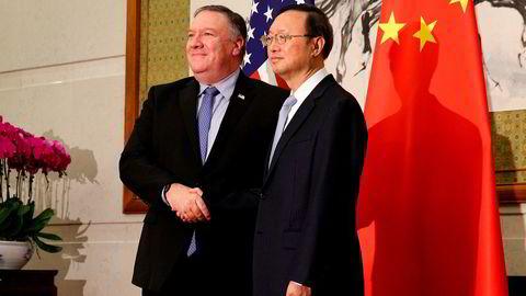 USAs utenriksminister Mike Pompeo (t.v.) og hans kinesiske motpart, Wang Yi, poserer for et felles foto i Beijing mandag.