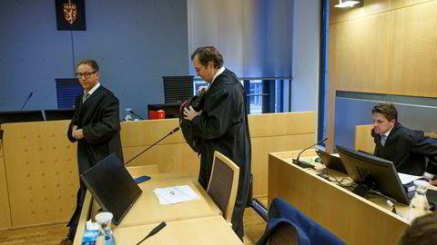 Advokat Anders Morten Brosveet (i midten) og Rasmus Dannevig Woxholt fra Advokatfirmaet Elden forsvarer den tidligere investeringsrådgiveren i det internasjonale fondet Triton. Til høyre sitter advokat Pål Sverre Hernæs i Advokatfirmaet Hjort som sammen med Mikkel Toft Gimse forsvarer obligasjonsmegleren fra Arctic.