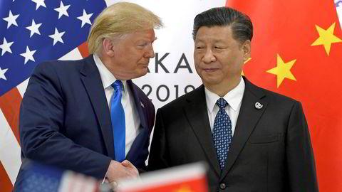 President Donald Trump og Kinas president Xi Jinping hilser foran toppmøtet dem imellom på sidelinjen til G20-møtet i Osaka i Japan.