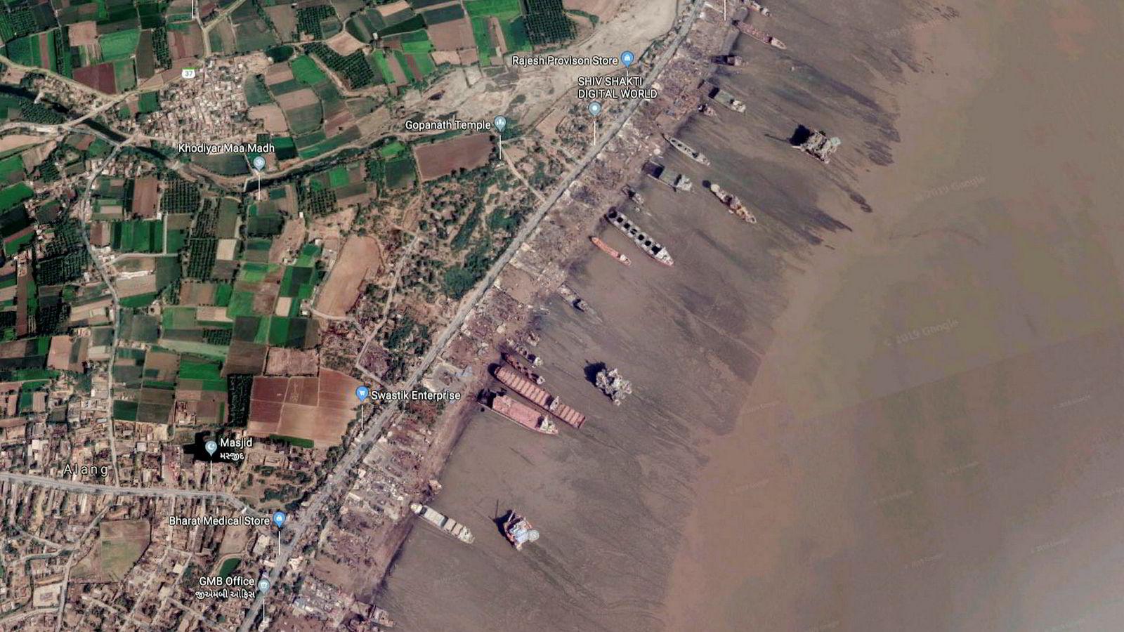 Satellittfoto fra Google Maps over Alang i India, en by velkjent i shippingbransjen for sin store industri innen skipshugging. Hvorvidt verftene i Alang er trygge nok for arbeidere og miljø, er omdiskutert. Ingen av Alangs verft er hittil godkjent for skraping av norske og europeiske skip.