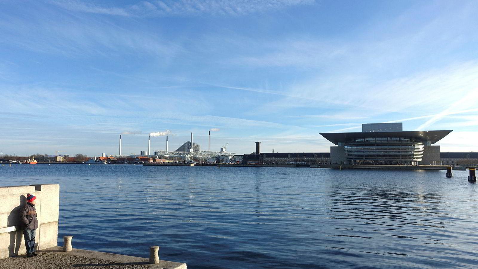 Danmark vil bygge et nytt gigantisk næringslivsområde på nye øyer i sjøen utenfor København. Bildet viser utsikt fra havnepromenaden mot operaen.