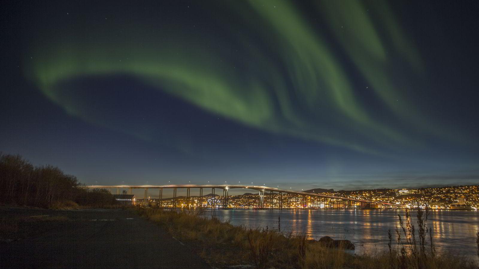 Mye aktivitet på sola gir flotte høstkvelder i form av nordlys, som her i Tromsø. Foto: Jan-Morten Bjørnbakk /