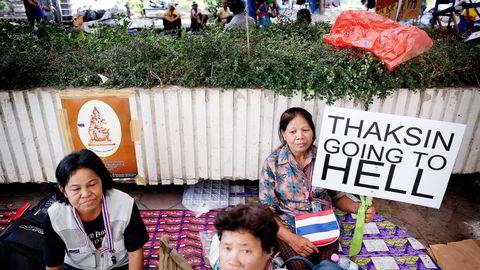 I UNÅDE. Selv om han beholdt mye av innflytelsen i thailandsk politikk selv etter å ha blitt korrupsjonsdømt, er tiden nå i ferd med å renne ut for Thaksin Shinawatra og hans dynasti. Her viser en gruppe thailendere sin mening om Thailands eksstatsminister. Foto: Damir Sagolj, Reuters/NTB Scanpix