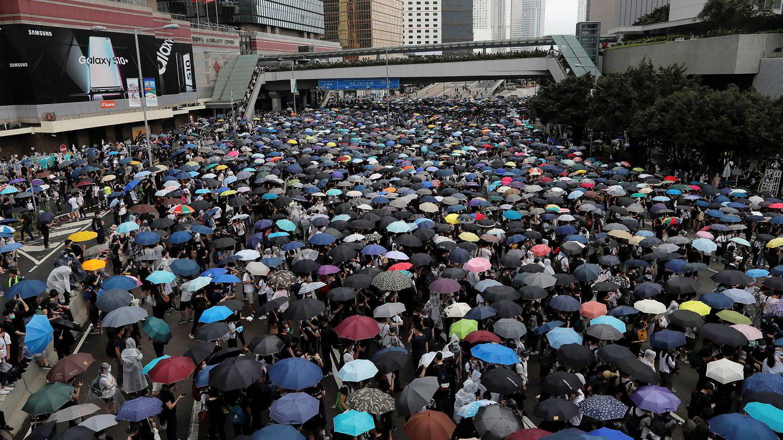 Demonstranter blokkerer hovedveiene gjennom Hongkong.