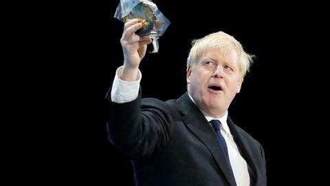 """Boris Johnson har noen motstandere, natt til søndag demonstrerte en gruppe mennesker med slahoprdet """"Nei til Boris, ja til Europa"""""""