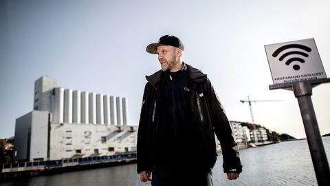 Tronn Hansen var Sørlandsnyhetenes redaktør som selv endte med å bli blokkert av den samme facebooksiden. I bakgrunnen stridens eple; den gamle siloen som skal romme milliardær Nicolai Tangens kunstsamling.