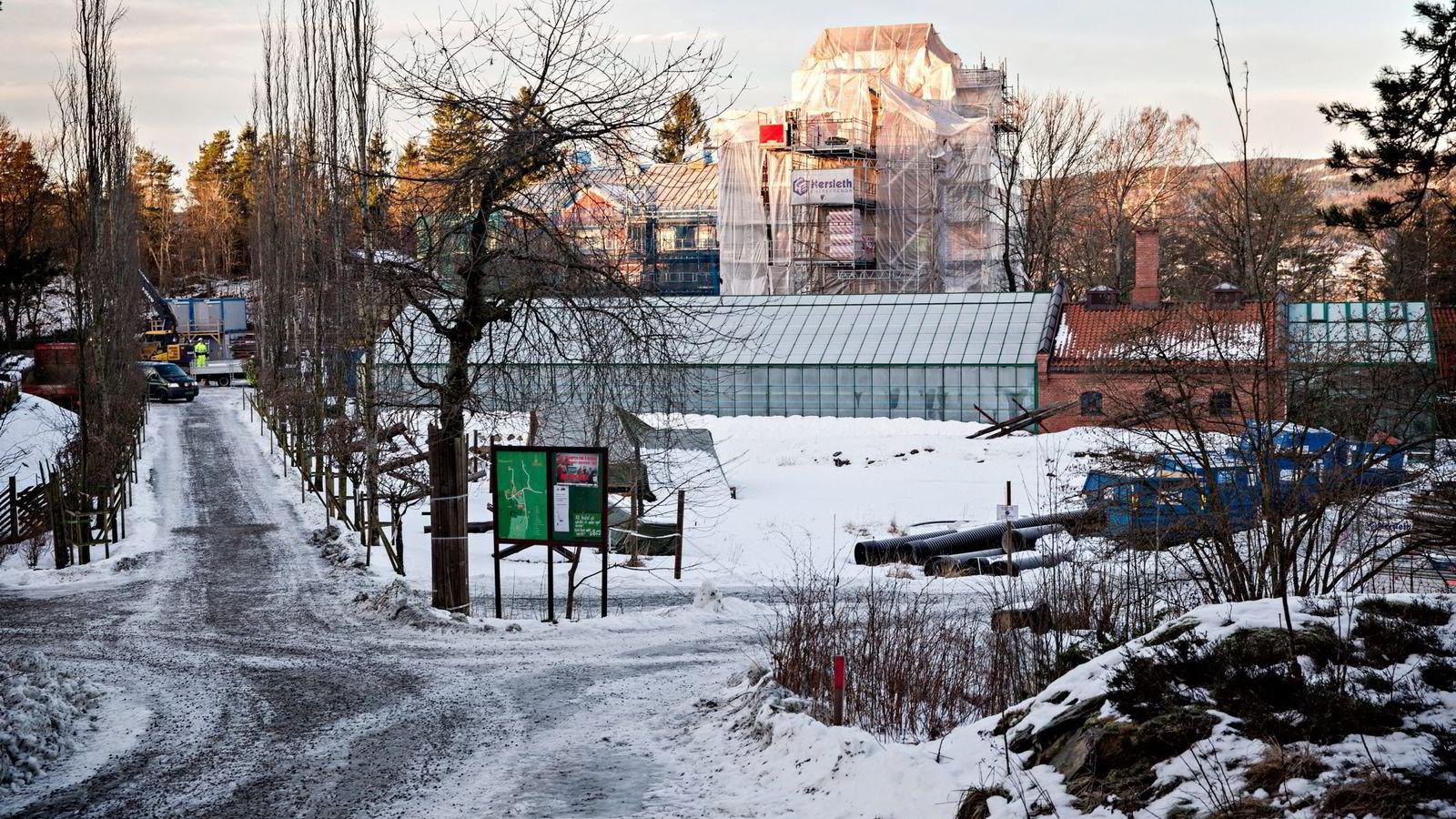 Rederarving Petter Olsen setter opp et hotell- og museumsbygg som får en innredning i sen 1700-talls- og sen 1800-tallsstil. Begge foto: Aleksander Nordahl