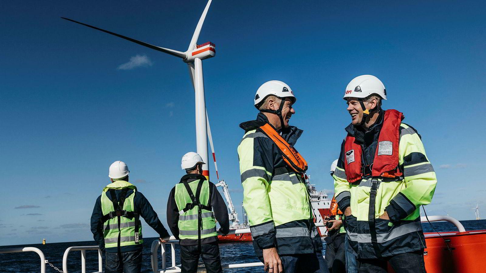 Prosjektdirektør Holger Matthiesen fra E.on stilte opp med Equinors Pål N. Coldevin (til høyre) under en pressetur til byggingen av Arkona-vindparken i Tyskland i høst. Equinor og E.on eier Arkona-prosjektet 50–50.