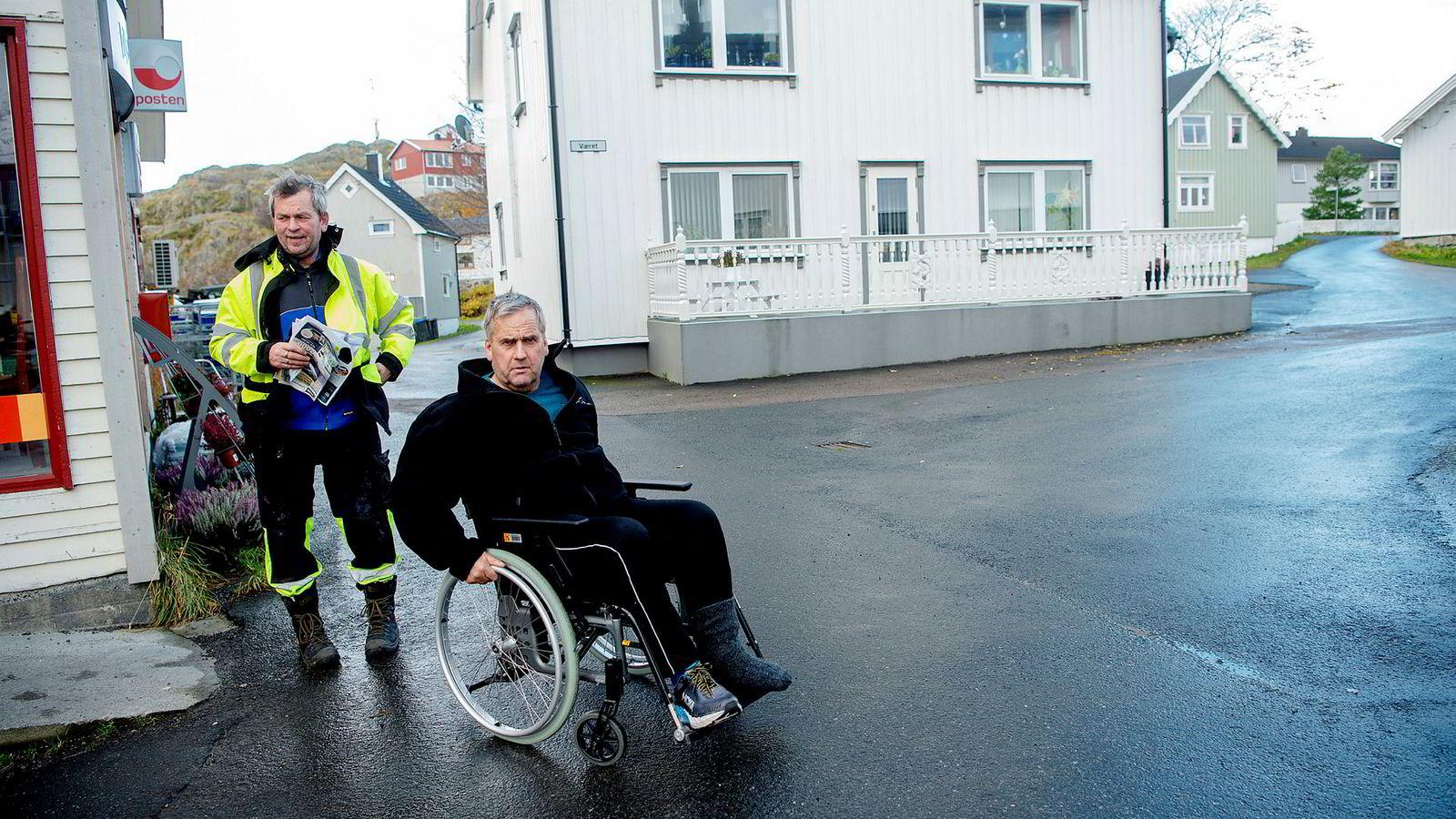 Lasteleder Helge Rishatt (til venstre) og arbeider Børge Rishatt har begge jobbet en mannsalder på Ellingsen Seafood Skrova. Selskapet er hjørnestensbedrift med eget slakteri på Skrova.
