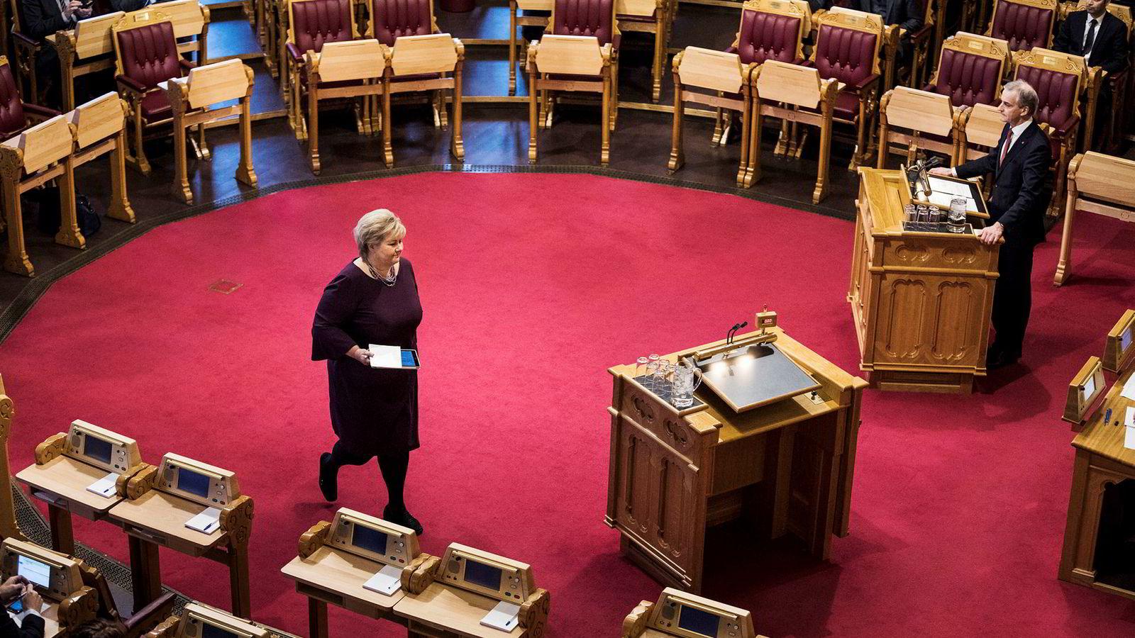Erna Solberg mener Jonas Gahr Støre ikke står like fast som Jens Stoltenberg i asyl- og innvandringspolitikken.