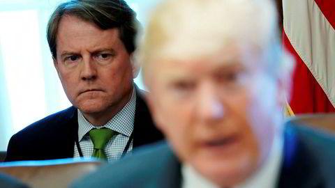President Donald Trump er rasende på Don McGahn (bak), tidligere advokat i Det hvite hus.