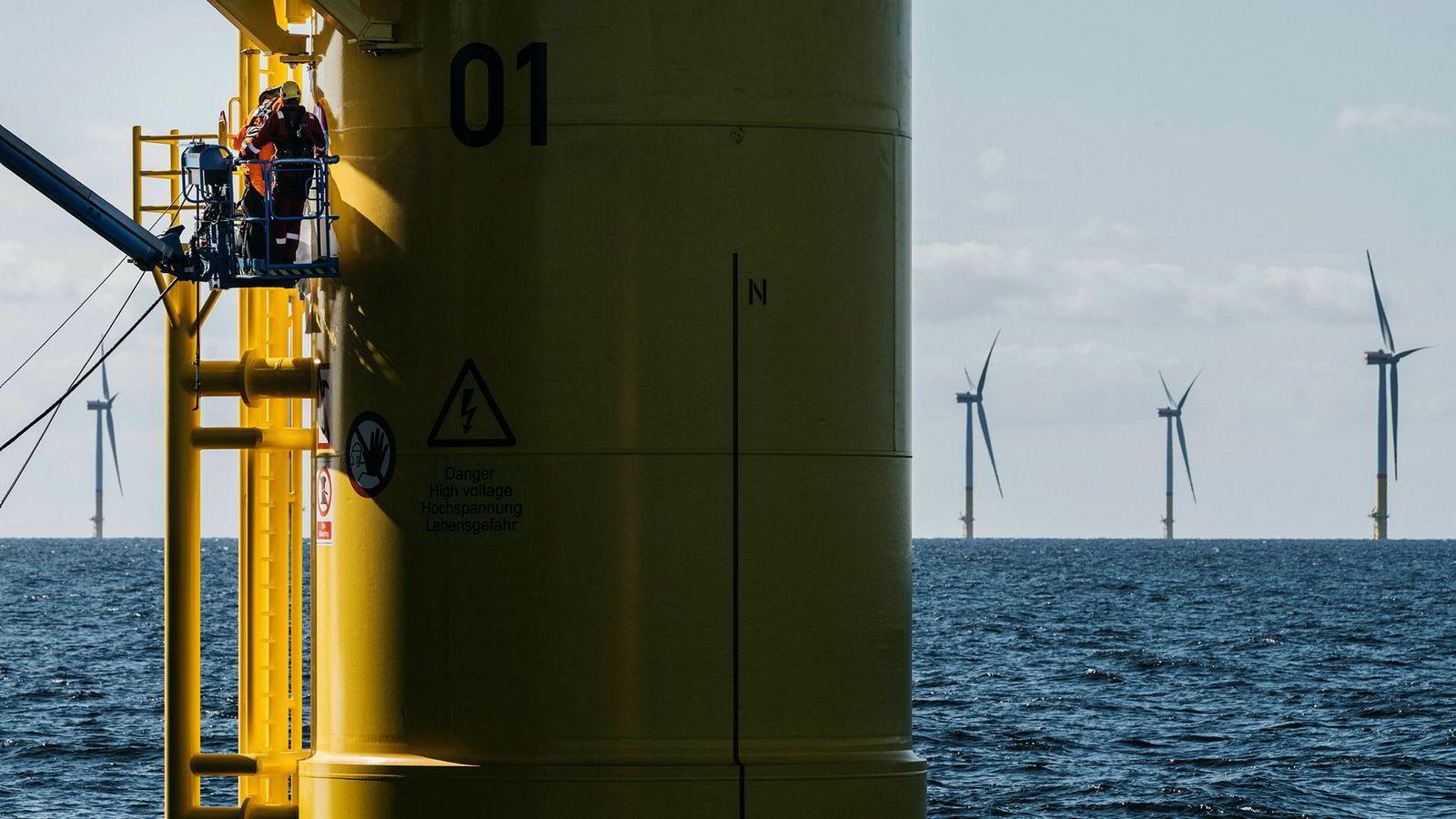 Equinor er involvert i flere slike havvindparker globalt. Her fikser to arbeidere skader ved et av understellene under monteringen av Arkona-parken i Tyskland høsten 2018.