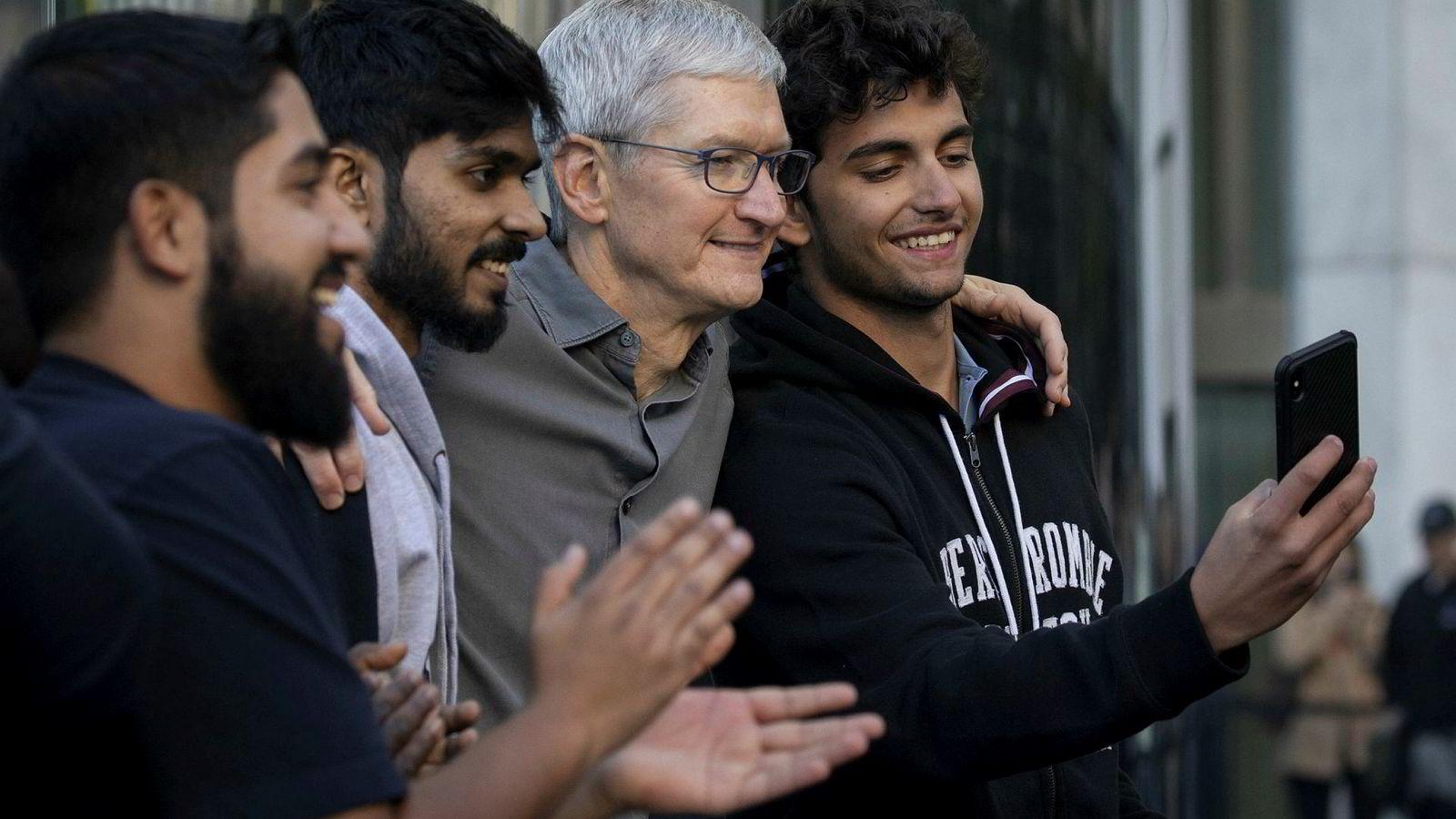 Apples konsernsjef Tim Cook var på plass på 5th Avenue i New York da salget startet av årets Iphone-modeller for to uker siden. Etterspørselen er høyere enn ventet og Apple har bedt asiatiske leverandører om å øke produksjonen med rundt åtte millioner enheter.