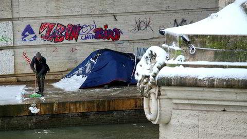 De som lever i fattigdom, kan være så godt som fullstendig ekskludert fra samfunnet, om ikke hjemløse. Selv i industriland mangler mange fattige tilgang til finanssystemet, sliter med å få råd til mat og regninger, og dør for tidlig.