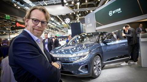 Designsjef i Byton, Benoit Jacob, viser frem produksjonsmodellen av M-Byte på bilmessen i Frankfurt.