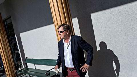 Radiogründer Svein Larsen nekter å være stille i studio, og krever nå over 100 millioner kroner i erstatning i en klage til Konkurransetilsynet.