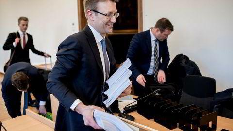 Eirik Iversen (til høyre) kalte Kjetil Andersens opptreden i Alstor-saken for svineri. Her er han sammen med Fredrik Gisholt, en av sine tre advokater i retten.