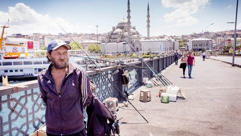 – Erdogan er den beste lederen vi noensinne har hatt. Jeg er villig til å ofre livet mitt for ham, sier fisker Halil Ibrahim Akdeniz. Han ble vitne til kuppforsøket fra Galata-broen der han bor fredag for en uke siden. Foto: Gunnar Lier
