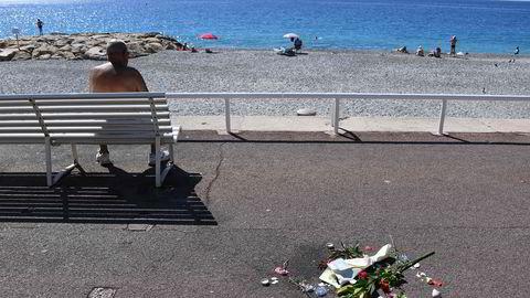 Blomstene på strandpromenaden i Nice vitner om at alt er langt fra normalt. Foto: AFP/Anne-Christine Poujoulat
