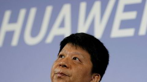 Huawei saksøker USA etter å ha blitt utestengt fra det amerikanske markedet. – Forbudet er ikke bare ulovlig, men det hindrer også Huaweis adgang til frie konkurransevilkår, som til syvende og sist rammer amerikanske forbrukere. Å gå rettens vei er vår siste og eneste rette utvei, sa styreformann Guo Ping i Huawei Technologies torsdag morgen.