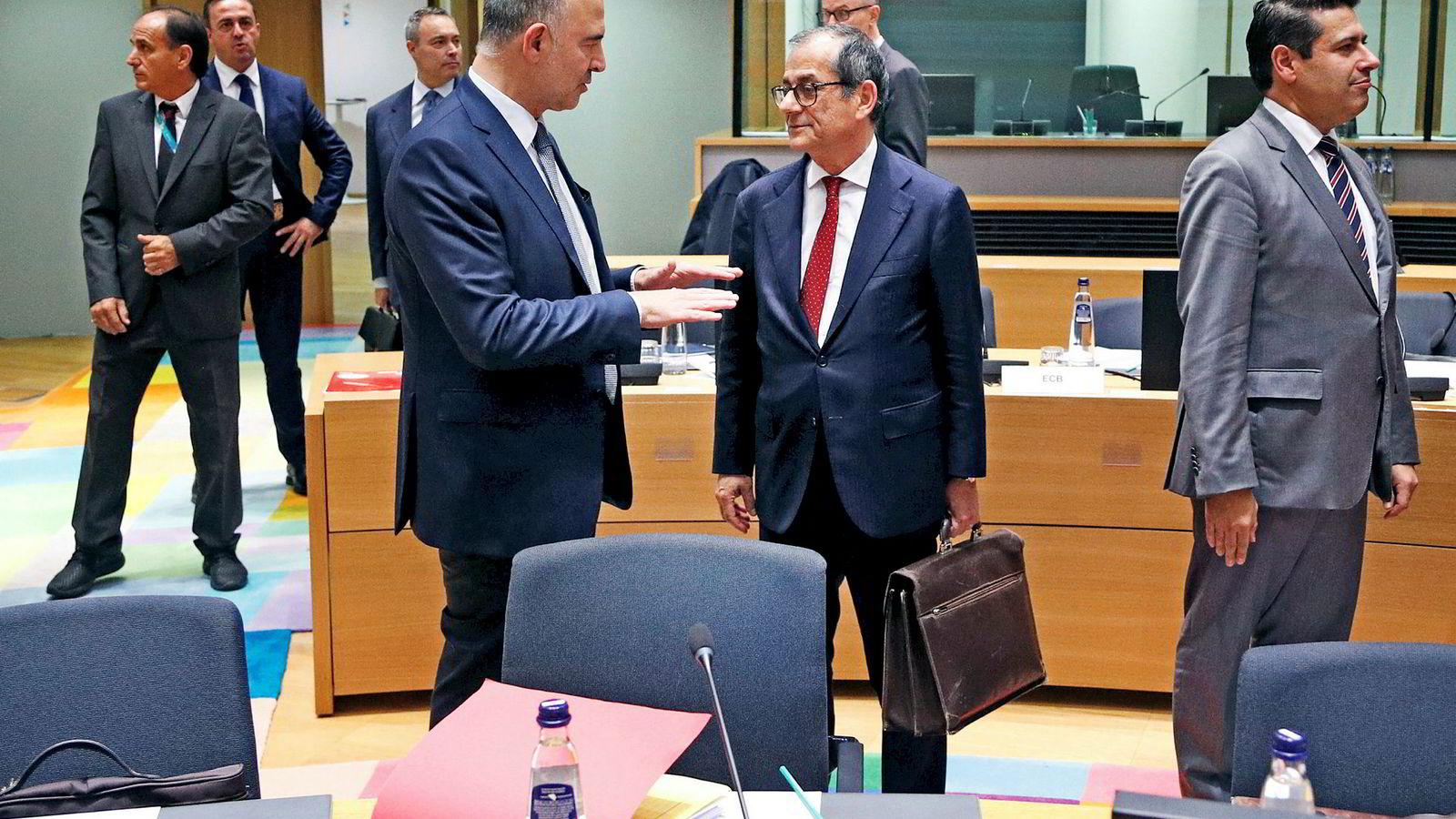 Mandag møtte Italias finansminister Giovanni Tria (til høyre) sine eurosonekolleger i Brussel. Her er den italienske finansministeren i samtale med EU-kommissær Pierre Moscovici.