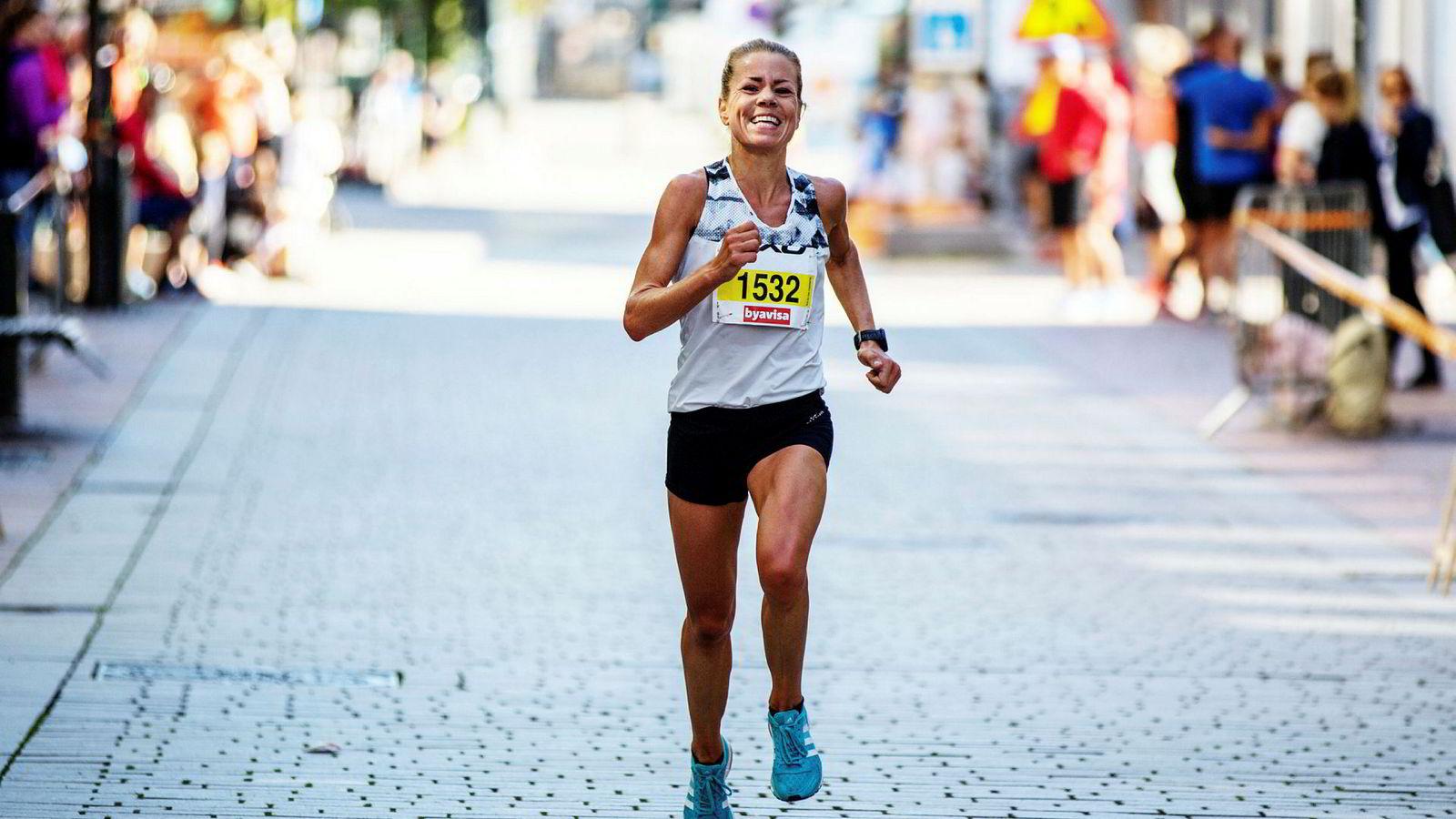 – Å bli god på å være tålmodig, er som å knekke koden, sier langdistanseløper Ida Bergsløkken (34). Å holde igjen fra start har vist seg å gi de beste resultatene. Her går hun i mål på halvmaraton i Drammen i fjor.