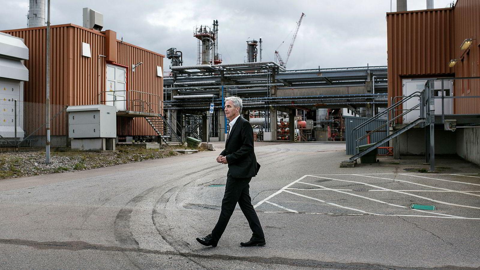 – Vi har en intensjon om realisering av storskala biodrivstoff-produksjon i Norge, sier konsernsjef Petter Holland i Preem. Her ved selskapets raffineri i Lysekil som har 650 ansatte.