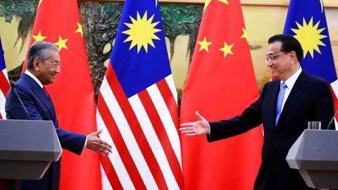 Kinas statsminister Li Keqiang (til høyre) hadde håpet å redde store kinesiske investeringer i Malaysia, men landets statsminister Mahathir Mohamad har nå kansellert en ny kinesiskfinansiert jernbane og to gassrørledninger.