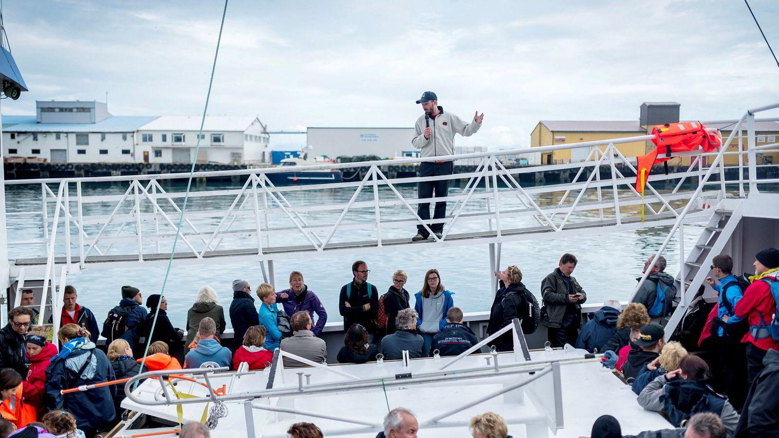 Guide Robert Kralovic i Hvalsafari as tar med 100 turister på hvalsafari utenfor Andenes.